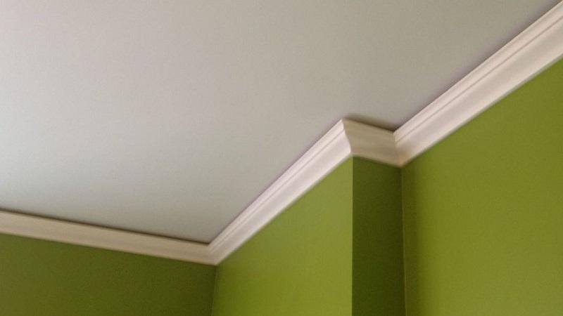 как клеить плинтус на натяжной потолок