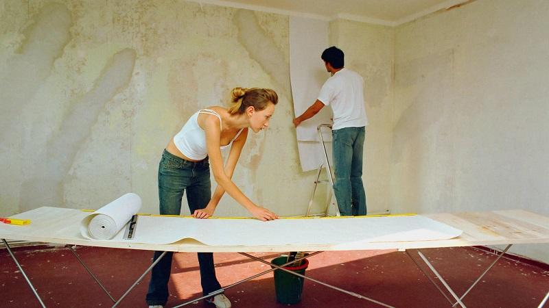 как клеить обои если натяжной потолок уже установлен