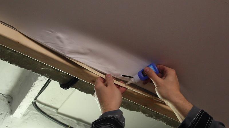 порвал натяжной потолок как заклеить