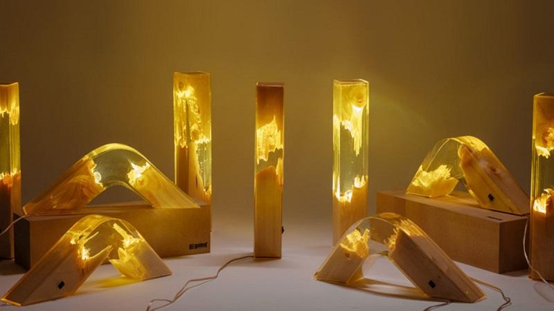 светильник из эпоксидной смолы и дерева